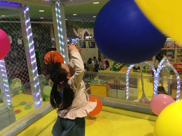 スキッズガーデンの巨大風船で遊ぶ子ども