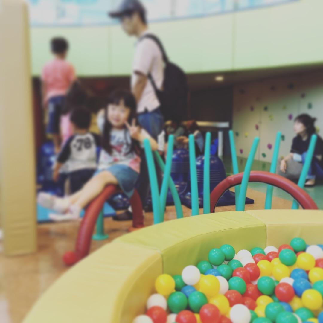 札幌競馬場キッズスペースで遊ぶ6歳児