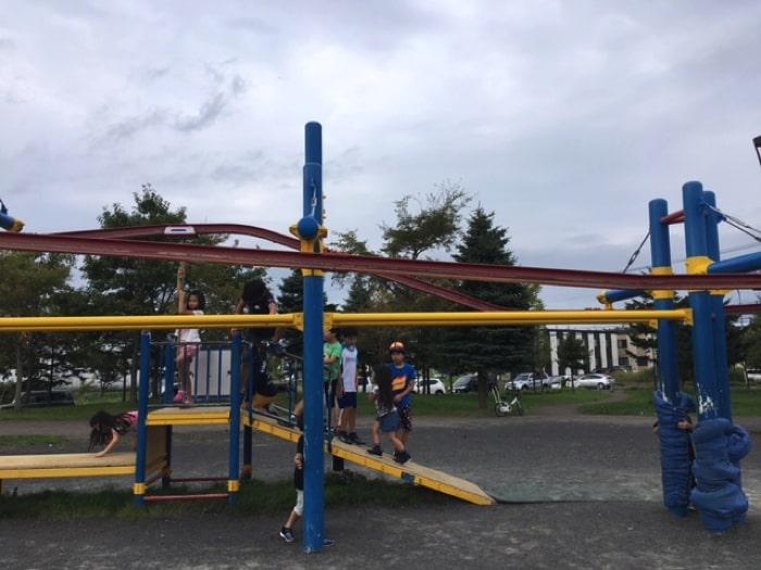 屯田公園の遊具で遊ぶ子ども