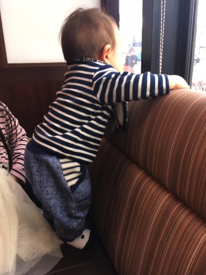 和食カフェ温のソファー席にいる子ども