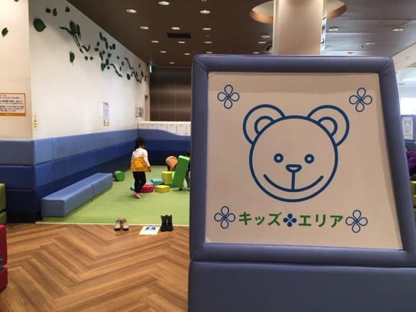 三井アウトレットパークレラ北広島店のフードコートのキッズスペース
