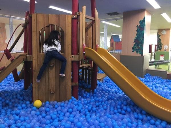 ピッピちとせのボールプール遊具で遊ぶ子ども