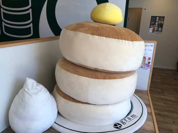 gramベイエリア函館店のパンケーキのぬいぐるみ