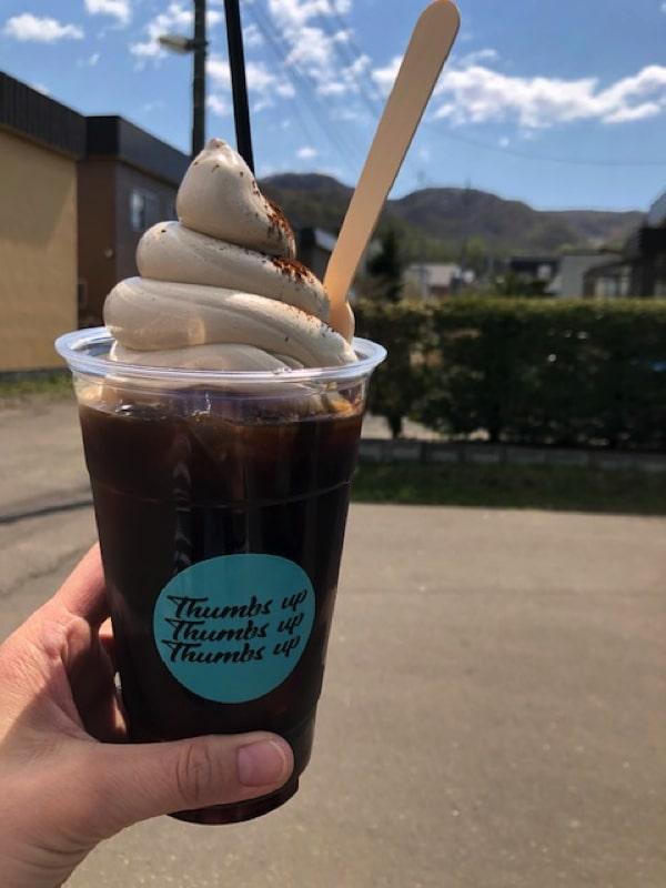 サムズアップのアイスコーヒーソフトクリーム乗せ