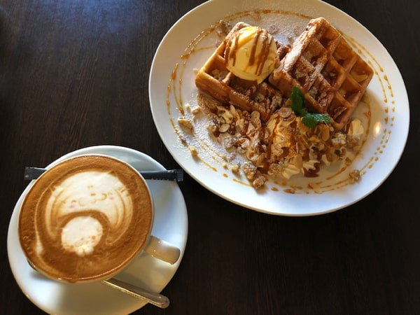 唐揚げ&ワッフル アモールのワッフルとカフェラテ