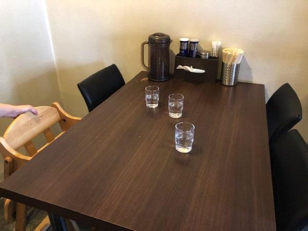 まるはビヨンドの子どもイスを置いたテーブル席