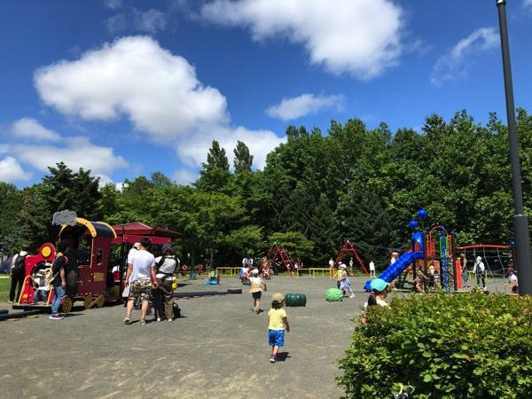 百合が原公園の遊具で遊ぶ子ども
