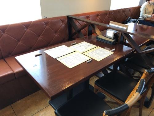 円山カルネのテーブル席
