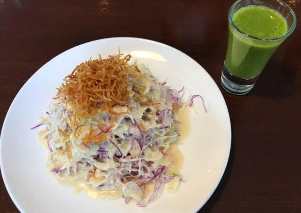 円山カルネのサラダとスムージー